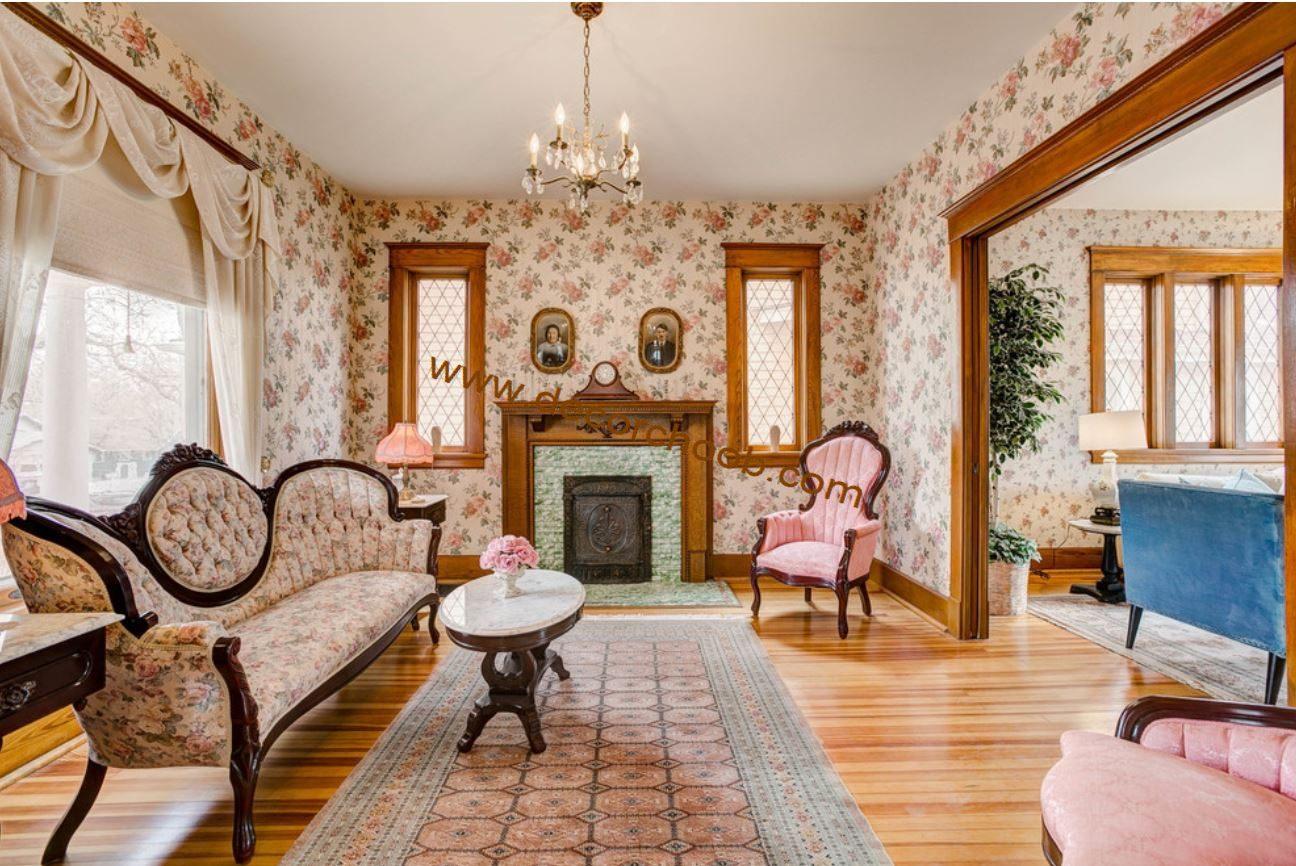 کاغذ دیواری گلدار در اتاق پذیرایی